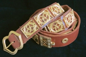 Knight girdle in bronze on the brown leather