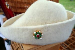 Brooch_Cleveland-4_1360-1500_EBr-07_hat_side