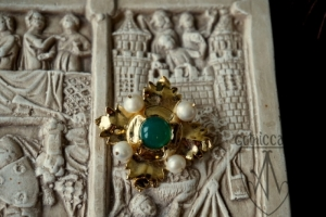 Megi brooch with green onyx on the plate front